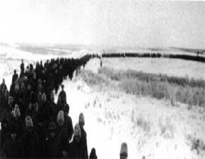 jerman kehilangan 200.000 tentara di Stalingrad, tampak barisan panjang tawanan Jerman melewati padang beku