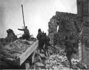 tentara merah melakukan street-fighting diantara puing-puing kota