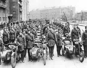 satuan infantri motor Rusia berpose setelah parade, sebelum bergerak ke Front