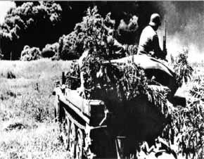 unit anti tank Jerman dilatar belakangi asap tebal dari ladang minyak yang terbakar di Maikop