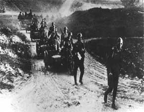 infantri jerman dan lapis bajanya bergerak melakukan penetrasi ke wilayah Rusia