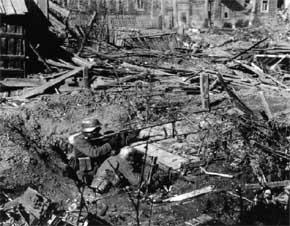 pertempuran getir di Stalingrad, seorang anggota detasemen senapan mesin Jerman, kotak amunisi kosong dibelakang mereka jadi saksi sengitnya mempertahankan puing-puing