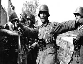 perwira infantri Jerman dengan lencana salib besi kelas 1 sedang memberi perintah